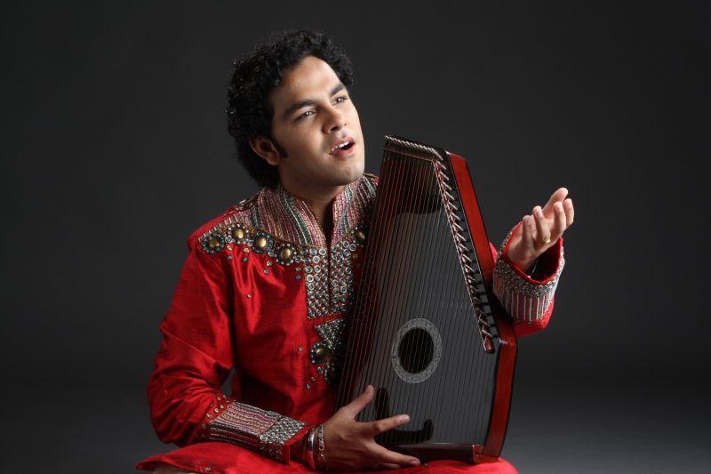 Arshad Ali Khan avec son swaramandal.jpg