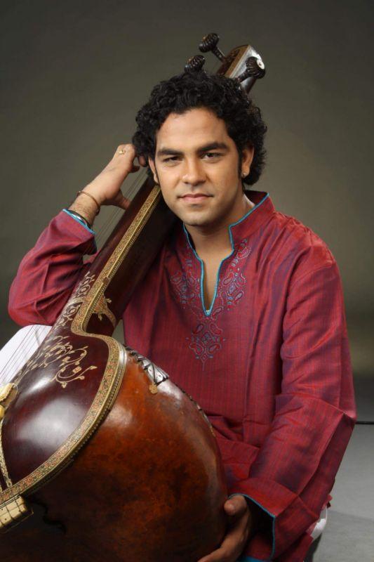 Arshad Ali Khan avec son tanpura.jpg
